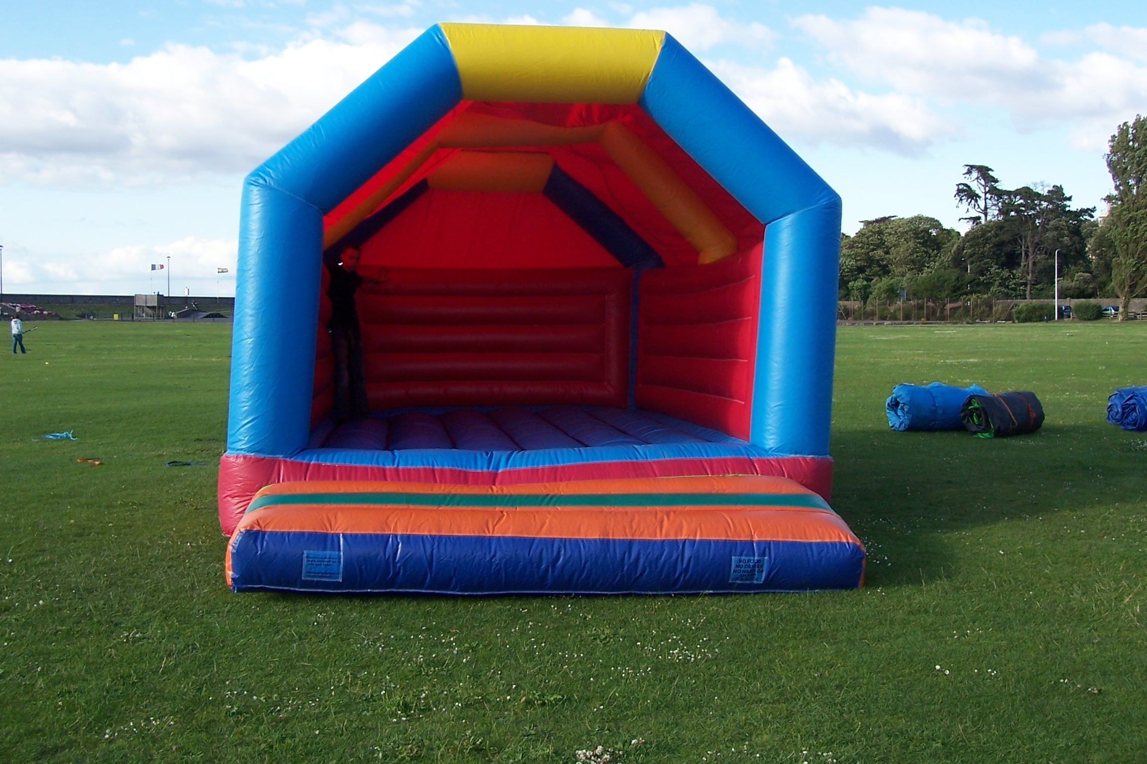 This value for money Bumper Castle is great for super bouncing in medium sized spaces! Not too big, not too small, this bouncy castle is just right! Suitable for ages up to 14 years.